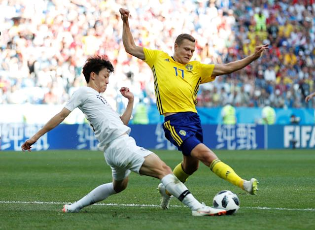 Soccer Football - World Cup - Group F - Sweden vs South Korea - Nizhny Novgorod Stadium, Nizhny Novgorod, Russia - June 18, 2018 Sweden's Viktor Claesson in action with South Korea's Lee Jae-sung REUTERS/Matthew Childs