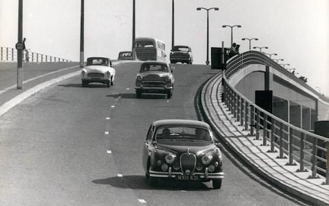 E0RK1D Oct. 10, 1959 - opening of the Chiswick flyover Jayne Mansfield performs the ceremony.: The opening ceremony of the new ?1,000,000 flyover at Chiswick, was performed yesterday by Hollywood star Jane Mansfield. It is Britain's largest flyover and the first major two - level highway crossing built in the Metropolitan ares since the war. Photo shows a view of the Western end of the flyover showing cars coming down the steep run-off. - Credit: Keystone Press / Alamy