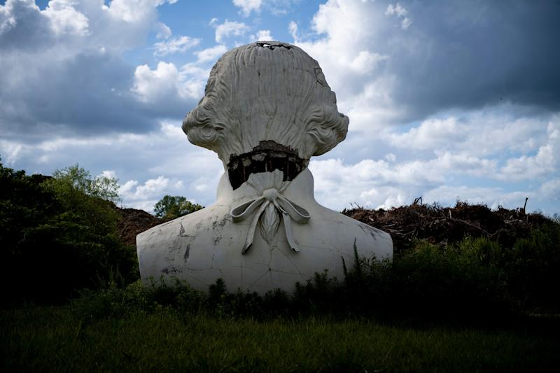 A decaying bust of former US President George Washington is seen near piles of mulch August 25, 2019, in Williamsburg, Virginia. (Photo: Brendan Smialowski/AFP/Getty Images)