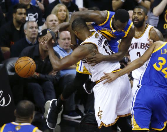 <p>Golden State Warriors forward Draymond Green fouls Cleveland Cavaliers center Tristan Thompson (13) during the second half of Game 4 of basketball's NBA Finals in Cleveland, Friday, June 9, 2017. (AP Photo/Ron Schwane) (圖片來源:The Associated Press) </p>