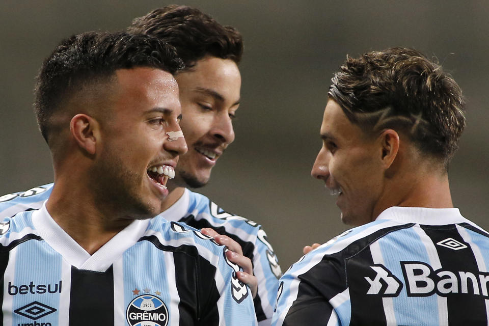 PORTO ALEGRE, BRAZIL - MAY 13: Matheus Henrique of Gremio celebrates with teammate Ferreira after scoring the first goal of his team during a match between Gremio and Lanus as part of group H of Copa CONMEBOL Sudamericana 2021 at Arena do Gremio on May 13, 2021 in Porto Alegre, Brazil. (Photo by Silvio Avila/Getty Images)