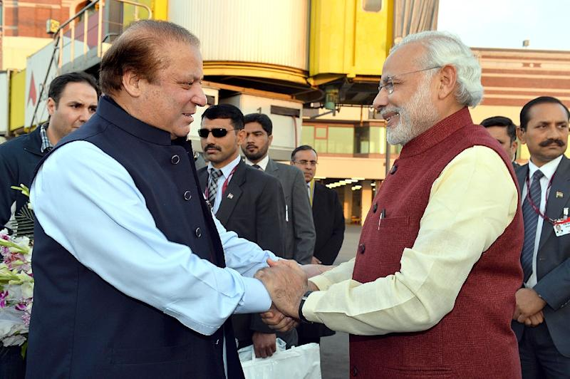 Indian Prime Minister, Narendra Modi (R) shakes hands with Pakistan Prime Minister Nawaz Sharif upon his arrival in Lahore on December 25, 2015 (AFP Photo/)