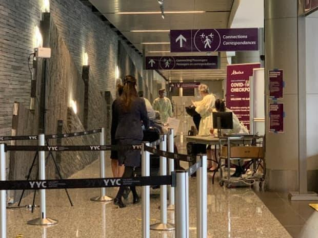 Alberta has not adopted the federal Contraventions Act, which allows police to issue tickets and fines instead of launching a criminal investigation when international travellers who land in the province refuse to quarantine at a designated hotel. (Audrey Neveu/Radio-Canada - image credit)