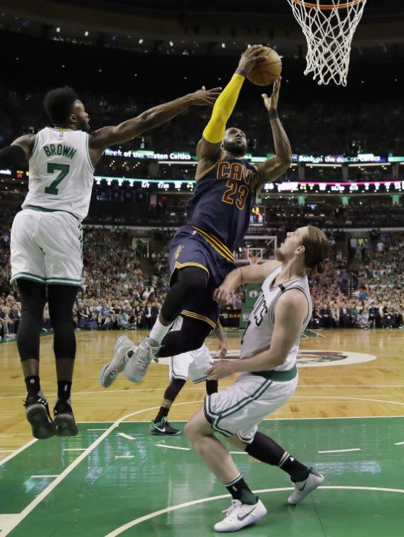 <p>Cleveland Cavaliers forward LeBron James (23) drives between Boston Celtics forward Jaylen Brown, left, and center Kelly Olynyk during the first quarter of Game 1 of the NBA basketball Eastern Conference finals, Wednesday, May 17, 2017, in Boston. (AP Photo/Charles Krupa) (圖片來源:Associated Press) </p>