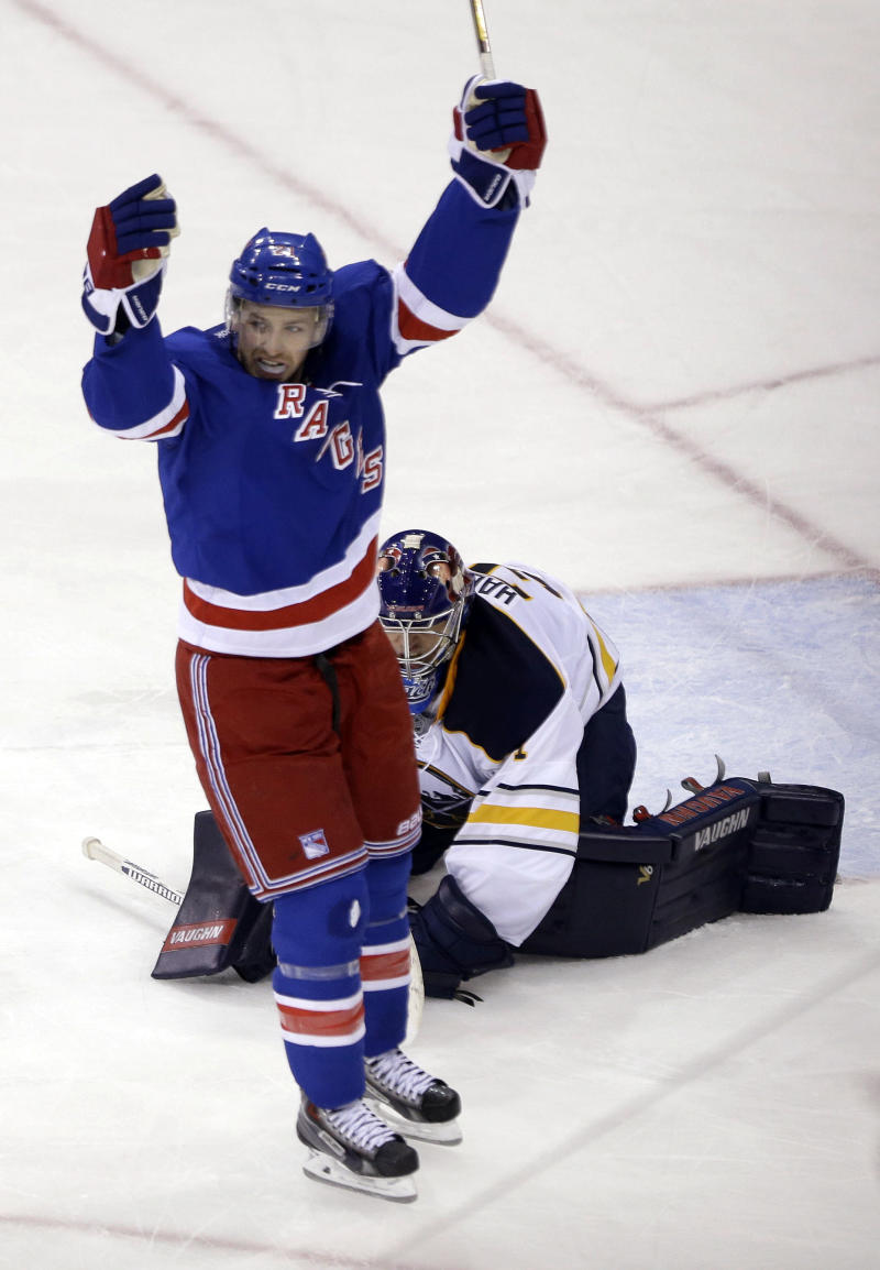 Nash's late goal lifts Rangers over Sabres 2-1