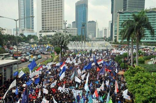More than 9,000 workers gathered at Jakarta's main roundabout before marching to the state palace