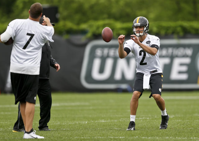 Pittsburgh Steelers' Ben Roethlisberger (7) simulates a snap to quarterback Mason Rudolph (2) during NFL football practice, Tuesday, May 22, 2018, in Pittsburgh. (AP Photo/Keith Srakocic)