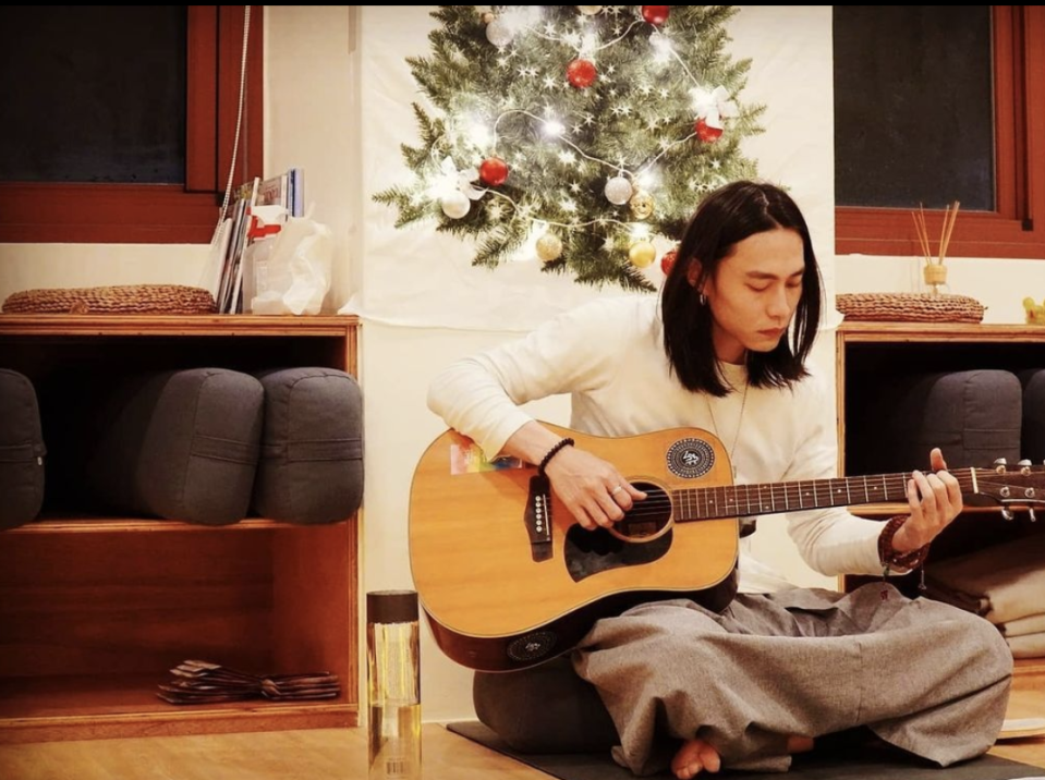 Taiwan-based, Netflix's The Ghost Bride actor Tze Kuang Tian showed off his musical skill. (PHOTO: Tze Kuang Tian Instagram)
