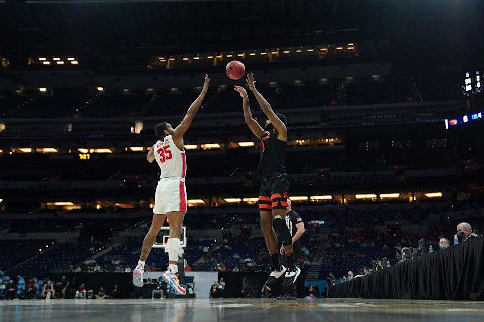 INDIANAPOLIS, IN - MARCH 29: Fabian White Jr. #35 of the Houston Cougars defends against Maurice Calloo #1 of the Oregon State Beavers in the Elite Eight round of the 2021 NCAA Division I Mens Basketball Tournament held at Lucas Oil Stadium on March 29, 2021 in Indianapolis, Indiana. (Photo by Jack Dempsey/NCAA Photos via Getty Images)