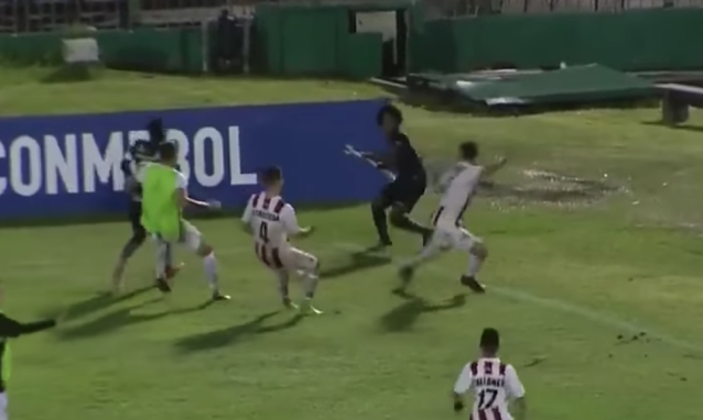 Angelo Preciado of Independiente Del Valle uses the corner flag as a weapon to fend off threats from opposing players. (Screenshot: Fox Sports)