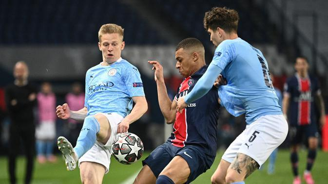 Striker Paris Saint-Germain, Kylian Mbappe (tengah) menguasai bola di antara dua pemain Manchester City dalam laga leg pertama semifinal Liga Champions 2020/2021 di Parc des Princes Stadium, Paris, Rabu (28/4/2021). PSG kalah 1-2 dari Manchester City. (AFP/Anne-Christine Poujoulat)