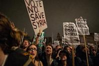 Anti-war protesters react after learning the outcome of the British government's vote on military action against the Islamic State (IS) group in Syria, during a protest outside the Houses of Parliament in central London on December 2, 2015 (AFP Photo/Chris Ratcliffe)