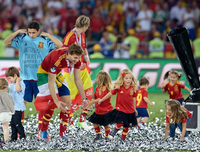 KIEV, UKRAINE - JULY 01: The players' children play in the confetti with Fernando Llorente (2nd L) of Spain during the UEFA EURO 2012 final match between Spain and Italy at the Olympic Stadium on July 1, 2012 in Kiev, Ukraine. (Photo by Claudio Villa/Getty Images)