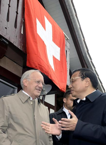 Swiss Federal Minister Johann Schneider-Ammann, left, talks with Chinese Prime Minister Li Keqiang, right, in Embrach, Switzerland, Friday, May 24, 2013. Li Keqiang is on an official visit to Switzerland until Saturday. (AP Photo/Keystone,Walter Bieri)