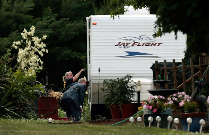 <p>Federal agents examine a mobile home on the property of James Hodgkinson in Belleville, Ill., on Wednesday, June 14, 2017. Officials said Hodgkinson has been identified as the man who opened fire on Republican lawmakers at a congressional baseball practice Wednesday morning in Alexandria, Va. (Photo: Robert Cohen/St. Louis Post-Dispatch via AP) </p>