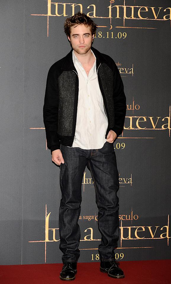 """<a href=""""http://movies.yahoo.com/movie/contributor/1808623206"""">Robert Pattinson</a> at the Madrid photocall for <a href=""""http://movies.yahoo.com/movie/1810055802/info"""">The Twilight Saga: New Moon</a> - 11/12/2009"""