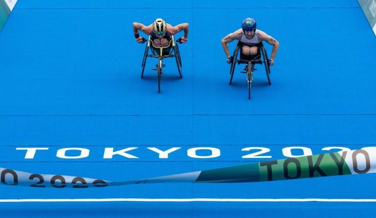 Australia's Lauren Parker (left) is caught on the finish line by Kendall Gretsch in the women's triathlon PTWC at Odaiba Marine Park (AFP/Joe TOTH)