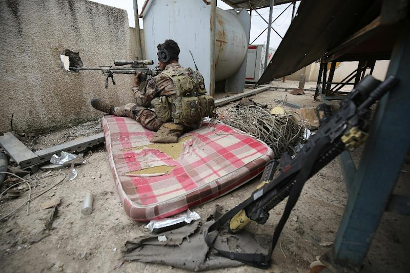 An Iraqi forces sniper takes aim as federal police and the elite Rapid Response Division battle to take the Old City in west Mosul from jihadists (AFP Photo/AHMAD AL-RUBAYE)