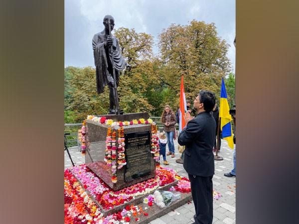 Bronze statue of Mahatma Gandhi inaugurated at A.V. Fomin Botanical Garden, Kyiv, on Friday.