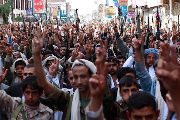 Supporters of the Shiite Huthi movement brandish their weapons as they take part in a demonstration in the capital Sanaa, on May 1, 2015 (AFP Photo/Mohammed Huwais)