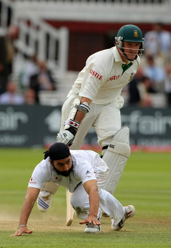LONDON - JULY 13:  England bowler Monty Panesar trys in vain to stop South African batsman Graeme Smith completing a run during day four of the First Test match between England and South Africa at Lord's Cricket Ground on July 13, 2008 in London, England.  (Photo by Stu Forster/Getty Images)
