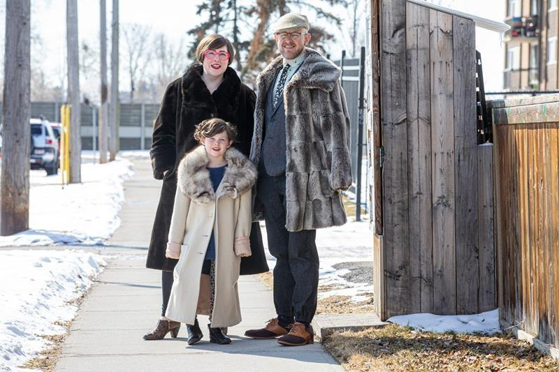 'Porchraits:' Calgary photographer capturing family moments during COVID-19