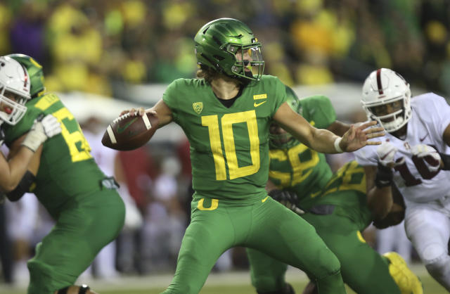 "Oregon's <a class=""link rapid-noclick-resp"" href=""/ncaaf/players/263243/"" data-ylk=""slk:Justin Herbert"">Justin Herbert</a> announced he'll stay in school instead of entering the NFL draft. (AP)"