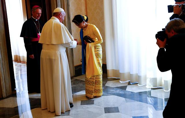 <p>Pope Francis greets Myanmar State Counsellor Aung San Suu Kyi at the end of a private audience at the Vatican, May 4, 2017. (Photo: Tony Gentile/Reuters) </p>