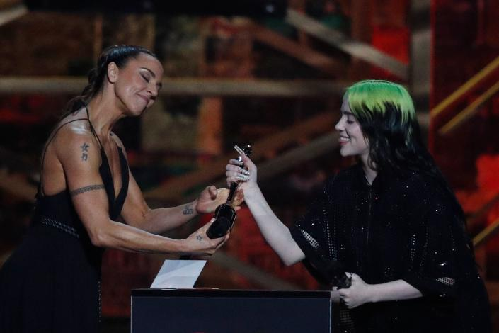 British singer-songwriter Mel C (L) presents the International Female Solo Artist award to US singer-songwriter Billie Eilish (R) during the BRIT Awards 2020 ceremony and live show in London on February 18, 2020. (Photo by Adrian DENNIS / AFP via Getty Images)