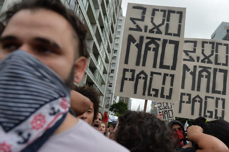 Students protest against the rise of transport fares in Sao Paulo, Brazil on January 12, 2016 (AFP Photo/Nelson Almeida)
