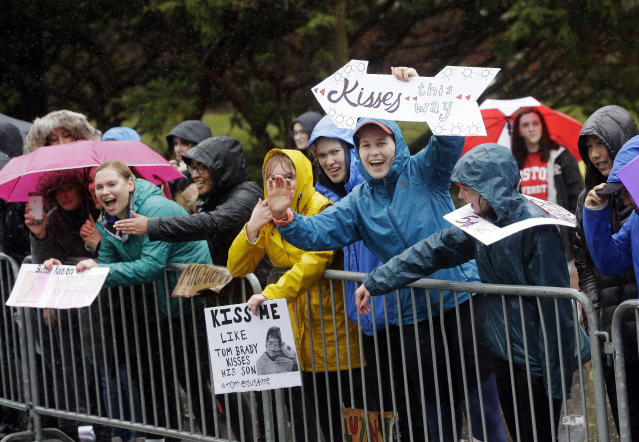 Spectators at Wellesley College cheer on runners during the 122nd Boston Marathon on Monday, April 16, 2018, in Wellesley, Mass. (AP Photo/Steven Senne)