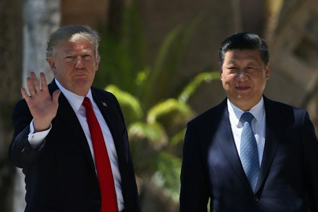 U.S. President Donald Trump waves as he and China's President Xi Jinping walk along the front patio of the Mar-a-Lago estate after a bilateral meeting in Palm Beach, Florida, U.S., April 7, 2017. REUTERS/Carlos Barria