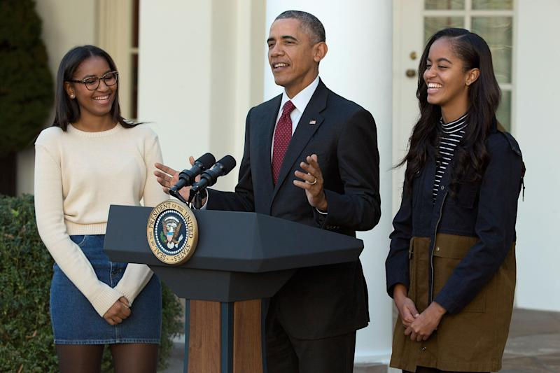 President Barack Obama delivers remarks with his daughters Sasha (left) and Malia (right) during the annual turkey pardoning ceremony in the Rose Garden at the White House in 2015. (Photo: Chip Somodevilla via Getty Images)