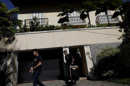 Federal policemen leave the house of Brazilian Olympic Committee (COB) President Carlos Arthur Nuzman during an search operation in Rio de Janeiro, Brazil, September 5, 2017. REUTERS/Ricardo Moraes