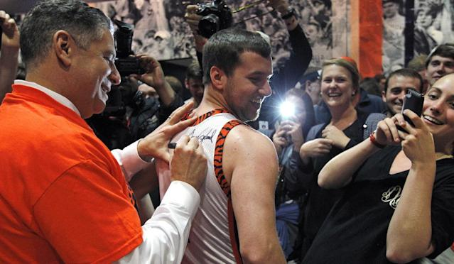 Auburn's new men's basketball coach, Bruce Pearl, autographs Clay Fleming's shirt Tuesday, March 18, 2014, in Auburn, Ala. (AP Photo/Butch Dill)