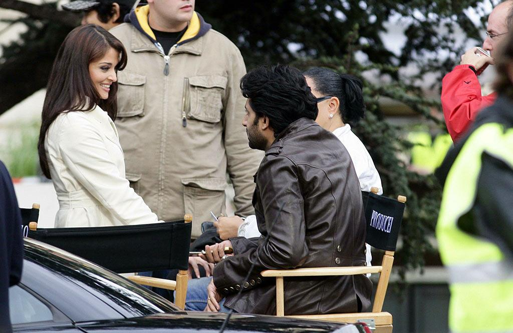 """Bollywood actress Aishwarya Rai takes a break from filming """"The Pink Panther 2"""" to chat with hubby Abhishek Bachchan. <a href=""""http://www.splashnewsonline.com"""" target=""""new"""">Splash News</a> - August 20, 2007"""
