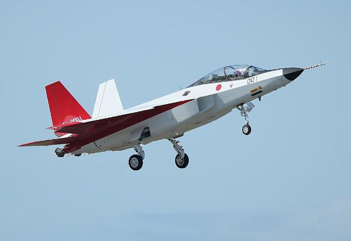 The X-2 advanced technological demonstrator plane of the Japanese Air Self-Defence Force takes off at Komaki Airport in Komaki, Aichi prefecture on April 22, 2016 (AFP Photo/)
