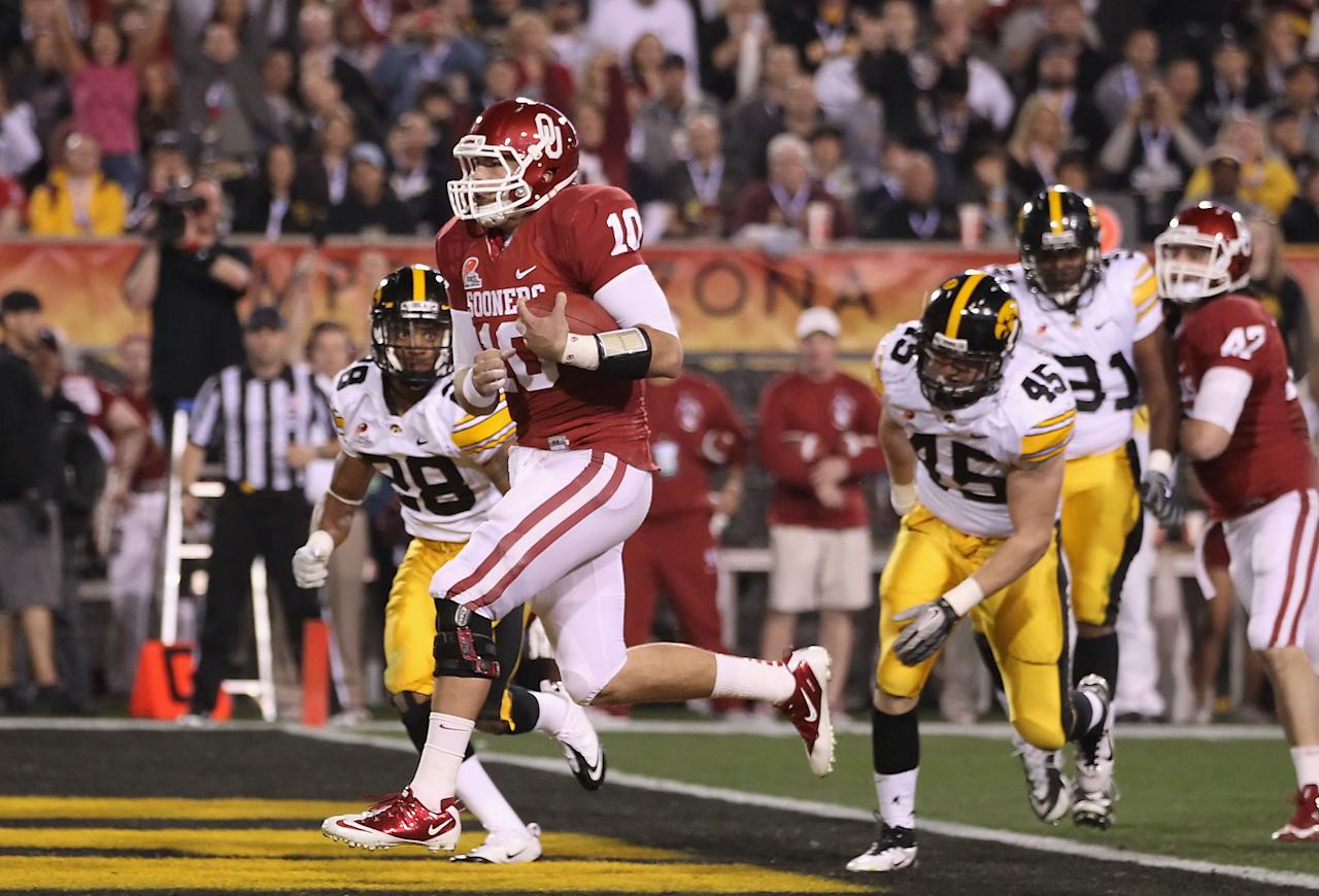 TEMPE, AZ - DECEMBER 30:  Quarterback Blake Bell #10 of the Oklahoma Sooners scores on a 4 yard rushing touchdown against the Iowa Hawkeyes during the first quarter of the Insight Bowl at Sun Devil Stadium on December 30, 2011 in Tempe, Arizona.  (Photo by Christian Petersen/Getty Images)