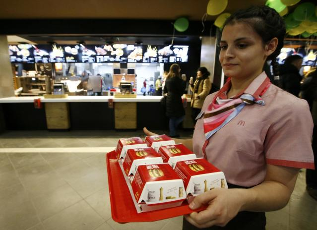 A McDonald's employee holds a tray of Big Mac burgers at their fast food restaurant in central Moscow, Russia January 31, 2017. (REUTERS/Sergei Karpukhin)