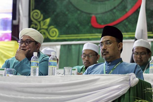 PKR vice-presidet Shaharuddin Badaruddin (right) is seated next to PAS information chief Nasrudin Hassan at the Islamist party's main general assembly in Alor Setar, Kedah that starts today. — Picture by Yusof Mat Isa
