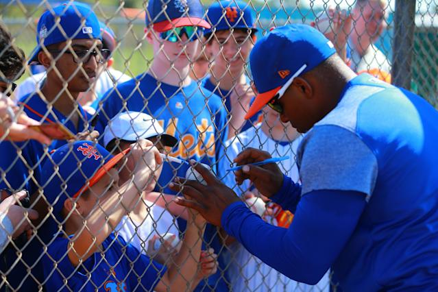 <p>New York Mets outfielder Yoenis Céspedes signs for fans after workouts during spring training in Port St. Lucie, Fla., Feb. 23, 2018. (Photo: Gordon Donovan/Yahoo News) </p>