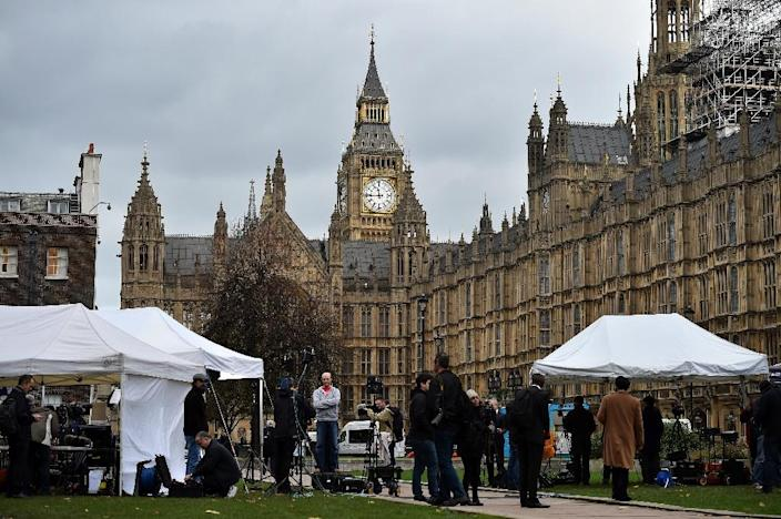 News crews gather outside the Houses of Parliament in London on December 2, 2015, where members of parliament were debating a motion to join air strikes on Islamic State (IS) group targets in Syria (AFP Photo/Ben Stansall)