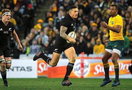 New Zealand All Blacks player Sonny Bill Williams runs with the ball past Australian Wallabies player Kurtley Beale.      REUTERS/Jason Reed