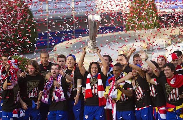 TOPSHOTS Atletico Madrid's players celebrate at the Neptuno square in Madrid on May 10, 2012, after their win over fellow Spaniards Athletic Bilbao in Bucharest, giving them their second Europa League trophy in three seasons. AFP PHOTO/ Jaime REINAJAIME REINA/AFP/GettyImages