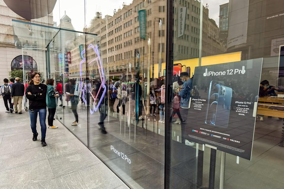 SHANGHAI, CHINA - OCTOBER 26, 2020 - Apple mobile phone store 5g version of the iPhone 12 poster. Shanghai, China, October 26, 2020.- PHOTOGRAPH BY Costfoto / Barcroft Studios / Future Publishing (Photo credit should read Costfoto/Barcroft Media via Getty Images)
