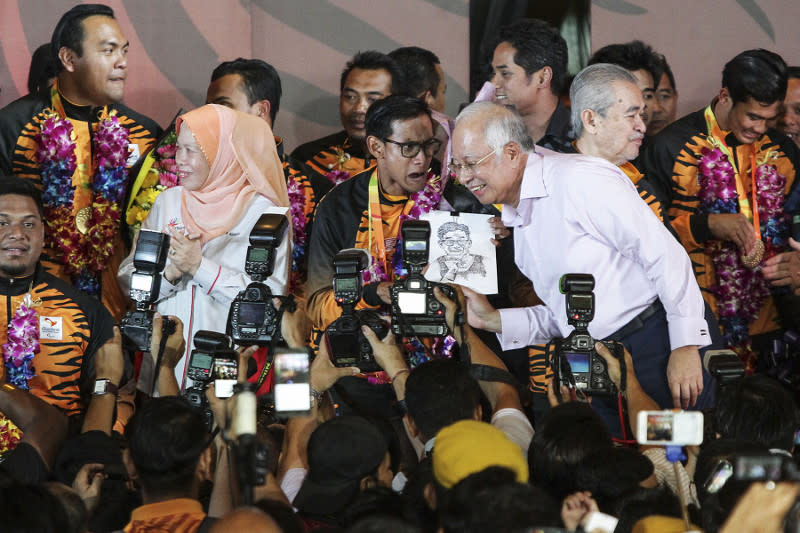 Prime Minister Datuk Seri Najib Razak and his wife welcoming Malaysian paralympians home at a ceremony at Kompleks Bunga Raya in Sepang, September 22, 2016. — Picture by Yusof Mat Isa