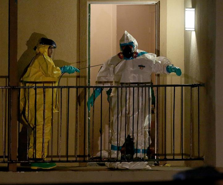 Haz Mat cleaning crews sanitize the apartment where Ebola patient Thomas Eric Duncan was staying before being admitted to a hospital in Dallas, Texas (AFP Photo/Joe Raedle)