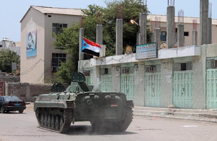 A tank flies the flag of the southern separatist movement in Aden on March 30, 2015 during clashes with the Huthis (AFP Photo/SALEH AL-OBEIDI)