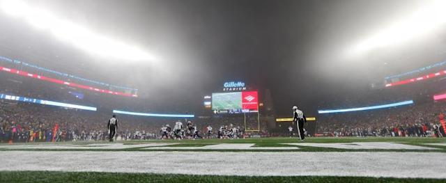 The New England Patriots and the Tennesse Titans play in the fog, in the second quarter of their AFC Wild Card playoff game, at Gillette Stadium in Foxborough (Massachusetts, USA) EFE/CJ Gunther
