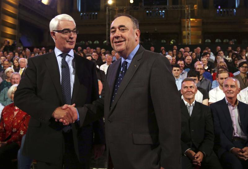Better Together leader Alistair Darling (L) and First Minister of Scotland Alex Salmond shakes hands at the second television debate over Scottish independence at Kelvingrove Art Gallery and Museum in Glasgow August 25, 2014. REUTERS/David Cheskin/Pool (BRITAIN - Tags: POLITICS SOCIETY)